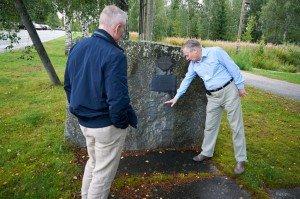 Perinneyhdistyksemme puheenjohtaja ja syysretken matkanjohtaja tutkivat Pomarkun taistelun muistomerkkiä.